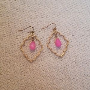 Jewelry - Gold scalloped dangly earrings with pink bead
